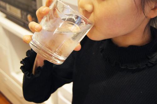 子供も水を飲んでいます